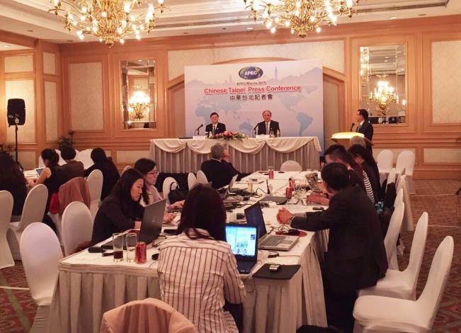 國發會主委杜紫軍(左)與經濟部長鄧振中(右),於本屆APEC年度部長會議後召開記者會,向來自國內的記者團說明會議內容02