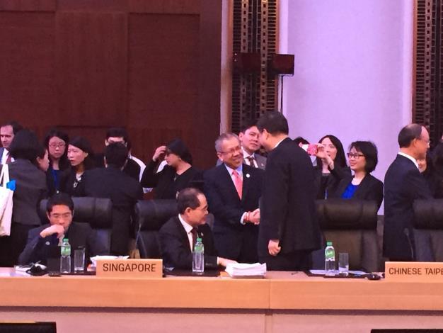 國發會主委杜紫軍於本屆APEC雙部長會議上與擔任主席的菲律賓貿工部長Gregory  L. Domingo(著紅領帶者)握手寒暄.JPG