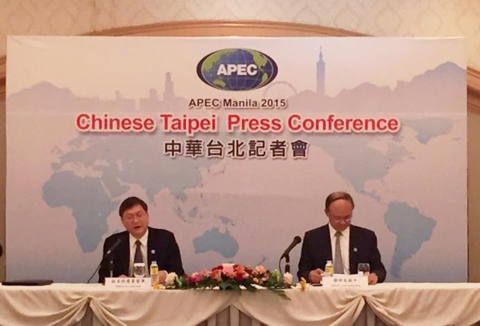 國發會主委杜紫軍(左)與經濟部長鄧振中(右),於本屆APEC年度部長會議後召開記者會,向來自國內的記者團說明會議內容01
