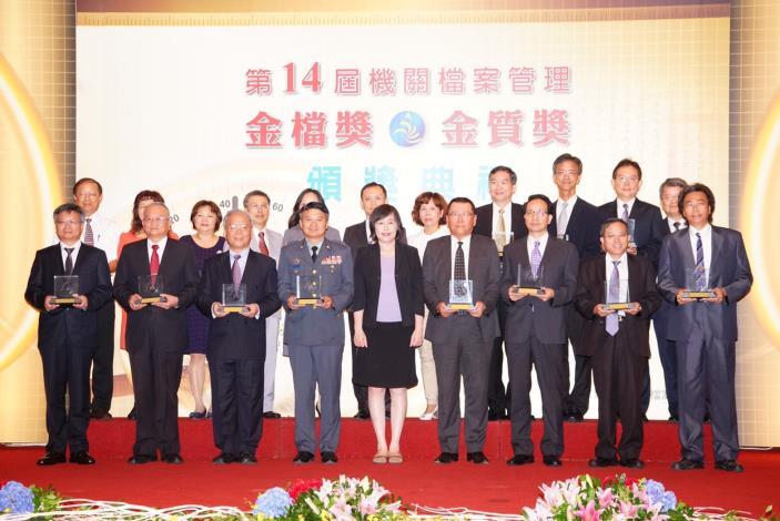 高副主委與金檔獎獲獎機關代表合影